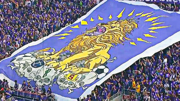 O bandeirão da torcida do Orlando City no Citrus Bowl