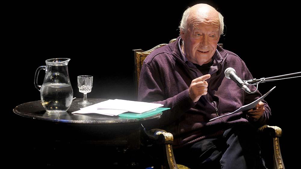 """Eduardo Galeano lê trecho de """"Os Fllhos dos Dias"""" (AP Photo/Matilde Campodonico)"""