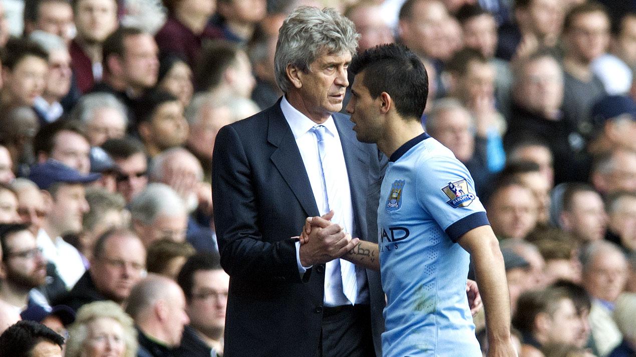 Sergio Agüero cumprimenta o técnico Manuel Pellegrini (AP Photo/Bogdan Maran)