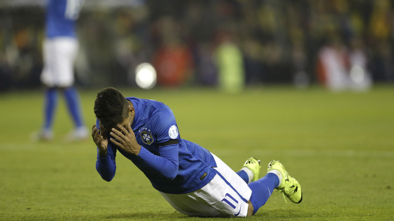 Roberto Firmino lamenta gol perdido pelo Brasil (Foto: AP)