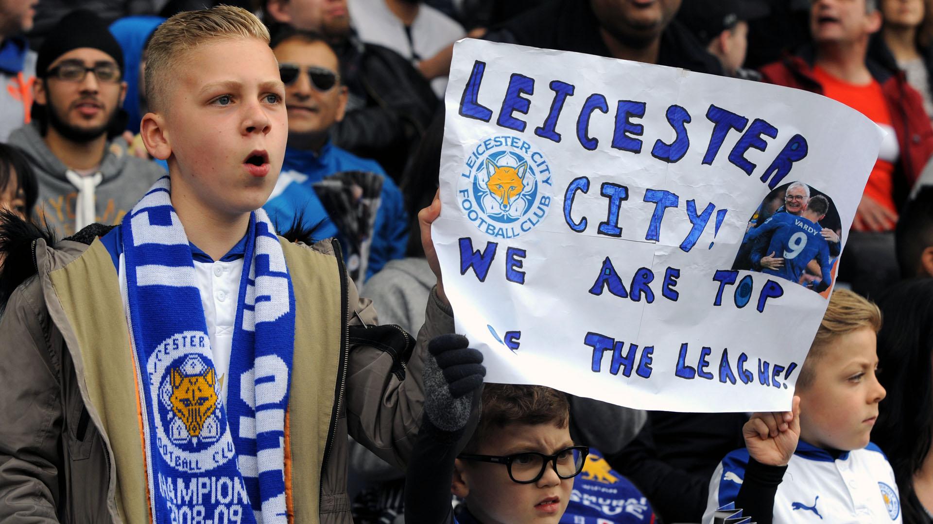 Torcedores comemoram a liderança do Leicester na Premier League (AP Photo/Rui Vieira)