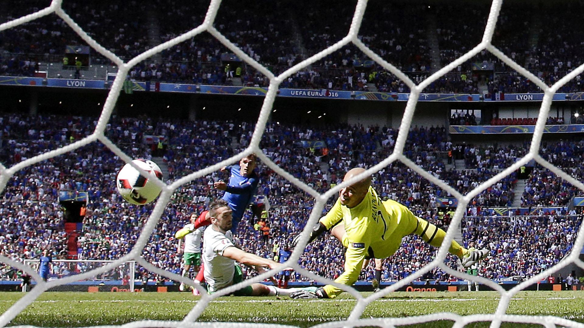 Griezmann chuta para marcar o gol da vitória da França sobre a Irlanda (AP Photo/Laurent Cipriani)