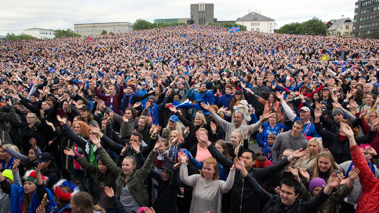 Torcedores da Islândia assistem à vitória da seleção do país em um telão de Reykjavik (AP Photo/Brynjar Gunnarsson)
