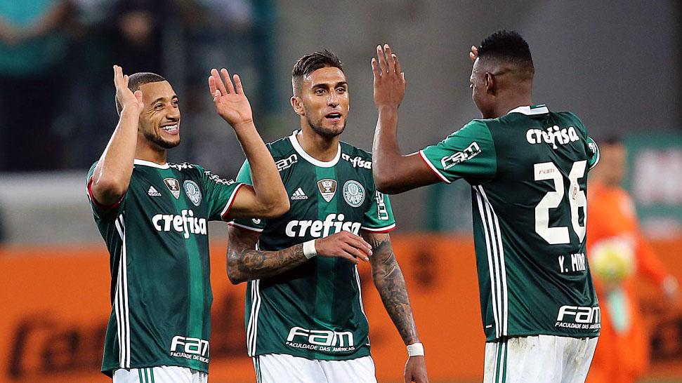 Palmeiras comemora vitória contra o São Paulo, com gols de Victor Hugo (esq.) e Mina (dir.), junto com Rafael Marques (centro) (Foto: Ricardo Stuckert / CBF)
