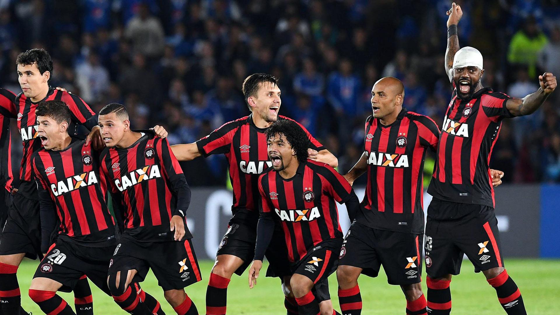 Atlético Paranaense comemora classificação em Bogotá, contra o Millonarios