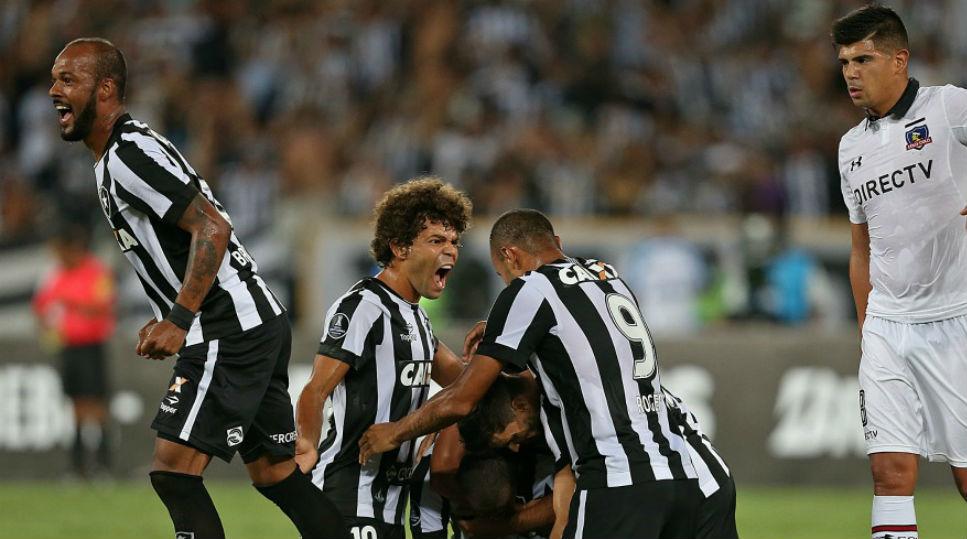 Camilo, do Botafogo, comemora com companheiros (Foto: Botafogo)