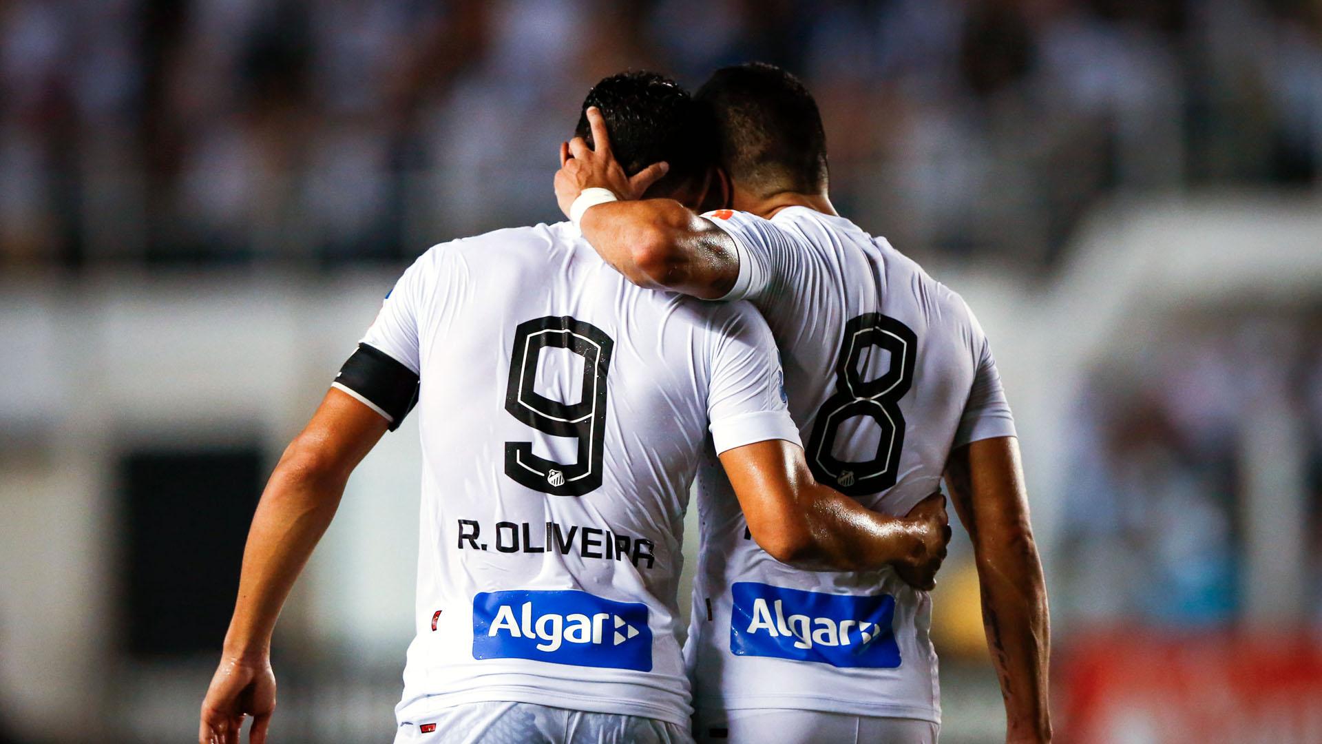 Ricardo Oliveira e Renato, do Santos (Photo by Alexandre Schneider/Getty Images)