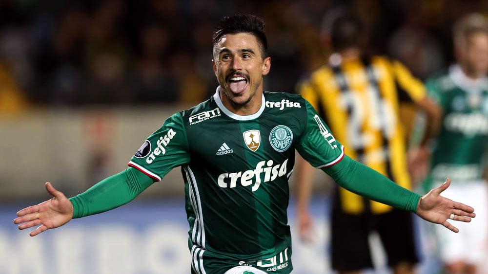 O jogador Willian, da SE Palmeiras, comemora seu gol contra a equipe do CA Peñarol, durante partida válida pela primeira fase, da Copa Libertadores, no Estádio Campeón Del Siglo.