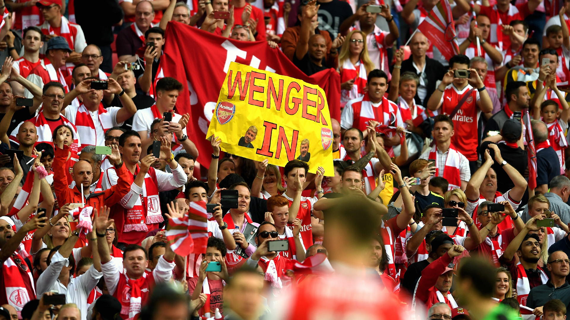Torcida do Arsenal que pede que Wenger fique (Photo by Laurence Griffiths/Getty Images)