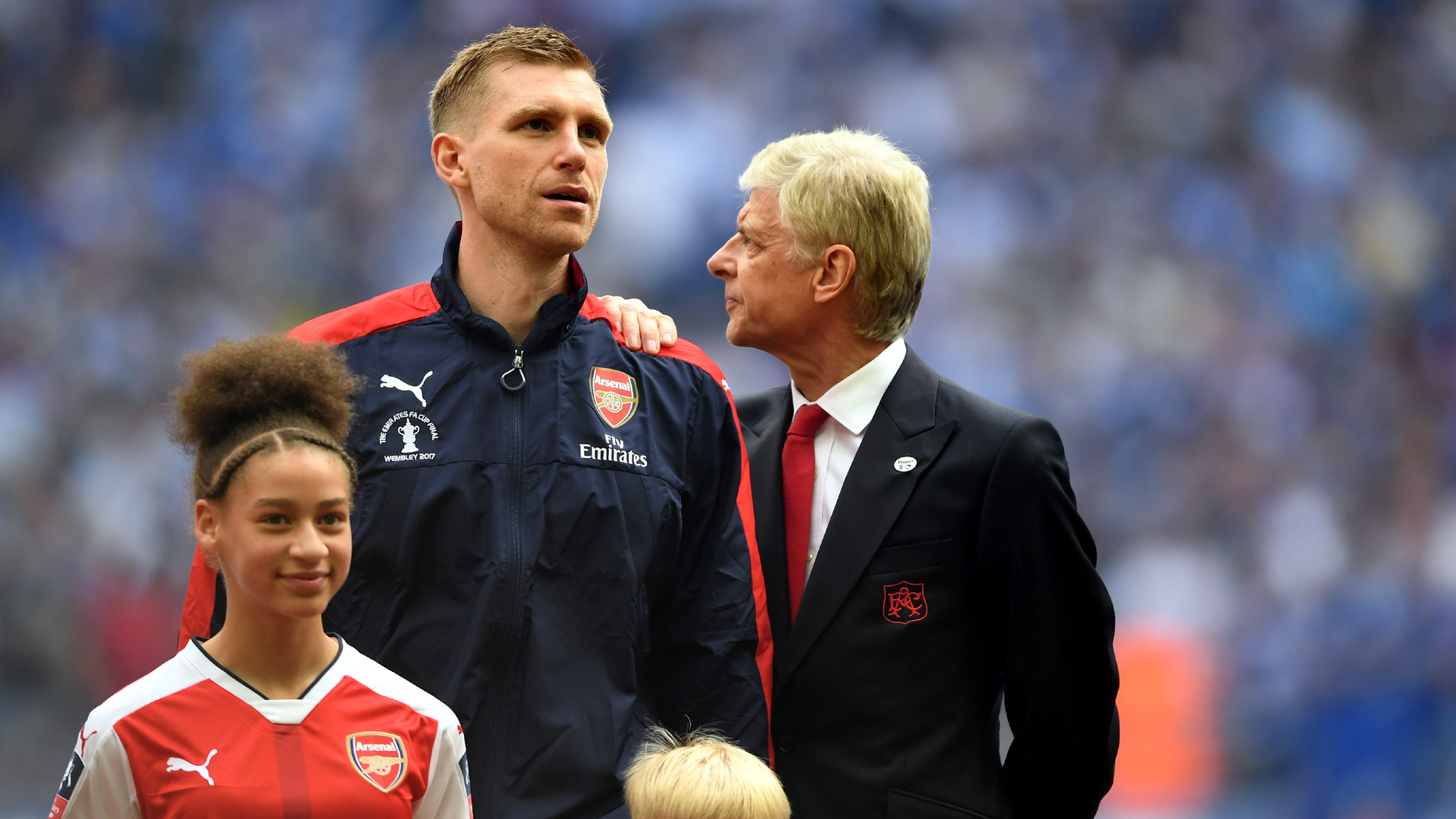 O capitão Mertesacker com o técnico Arsene Wenger (Photo by Laurence Griffiths/Getty Images)