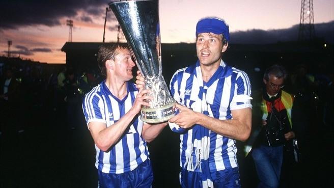 Jogadores do IFK Gotemburgo comemoram o título da Copa da Uefa de 1986/87