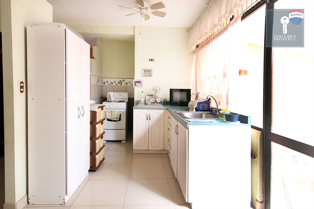 Partially Renovated Home, Guachipelin 4 Bedroom + Independent Apartment
