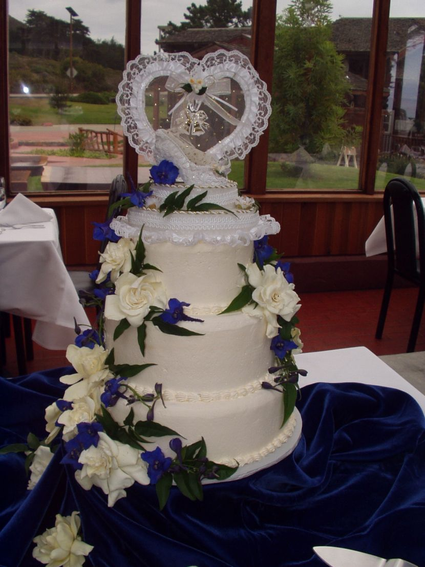 Gorgeous Wedding Cake Table Decor With Purple And White Flowers