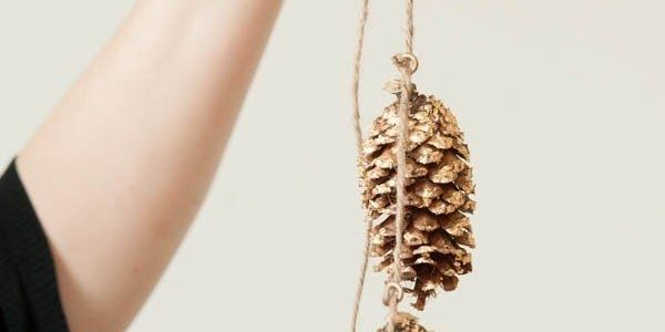 These pinecone decorations can be hung as a festive bunting