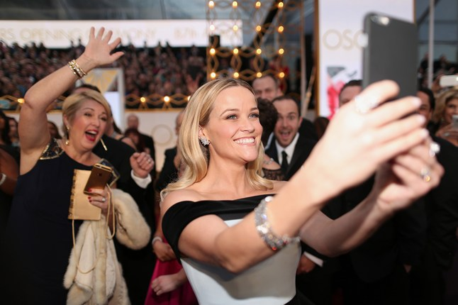 Reese-Witherspoon-takes-a-selfie-Vogue-23Feb15-Getty_b_646x430