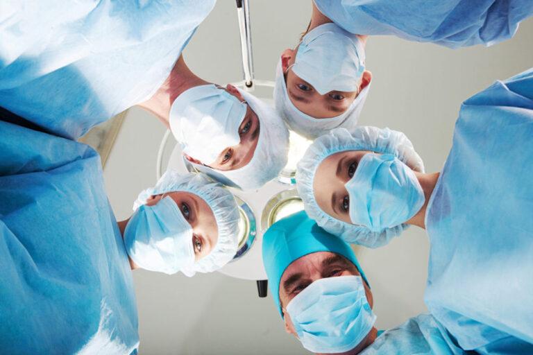 Imagem de grupo de médicos na sala de cirurgia