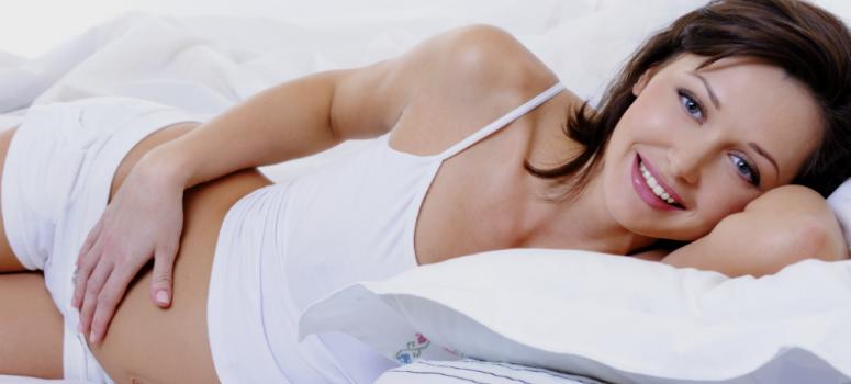mulher grávida deitado descansando