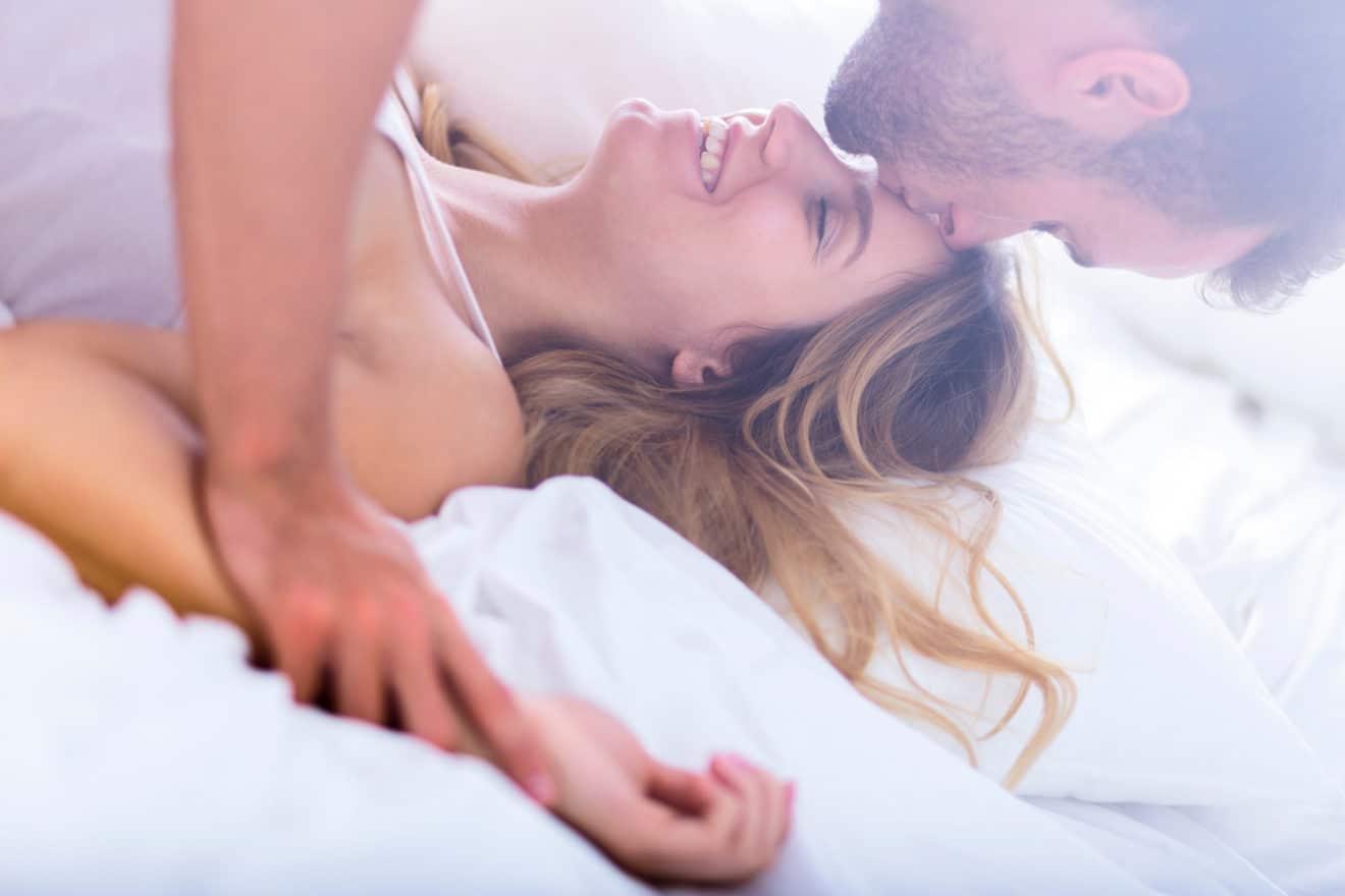 homem dando um beijo na testa de mulher