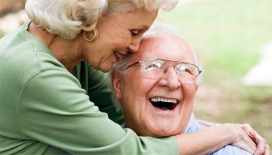 casal de idosos juntos sorrindo