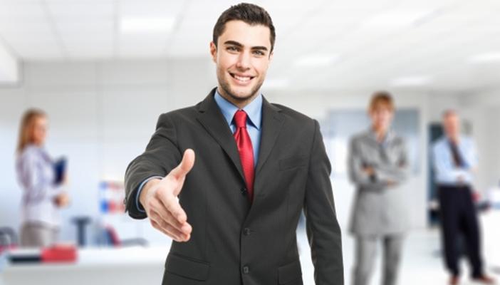 homem de terno e gravata estendendo a mão