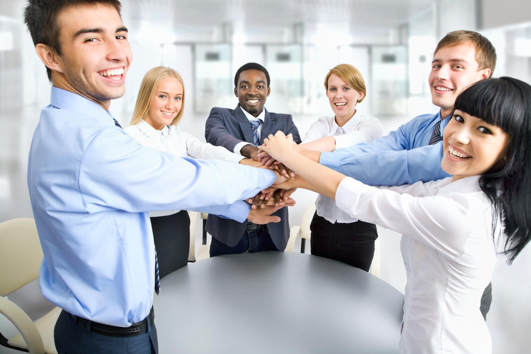 colaboradores de uma empresa juntos comemorando plano de saúde