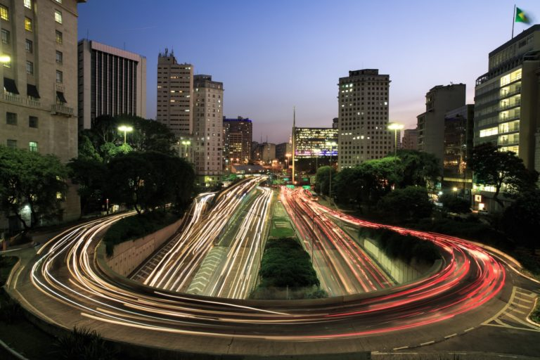 São Paulo: Imagem de carros em movimento na Avenida 23 de Maio