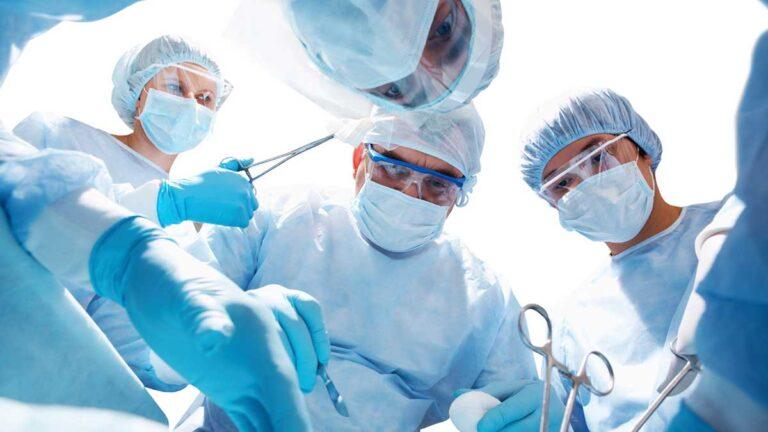Cirurgias: foto de médicos vistos de cima, sob a perspectiva de um paciente na mesa de uma cirurgia