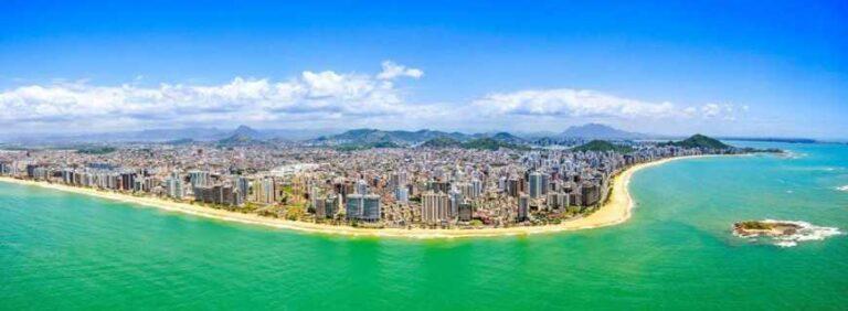 Imagem aérea da costa litorânea da cidade de Vila Velha