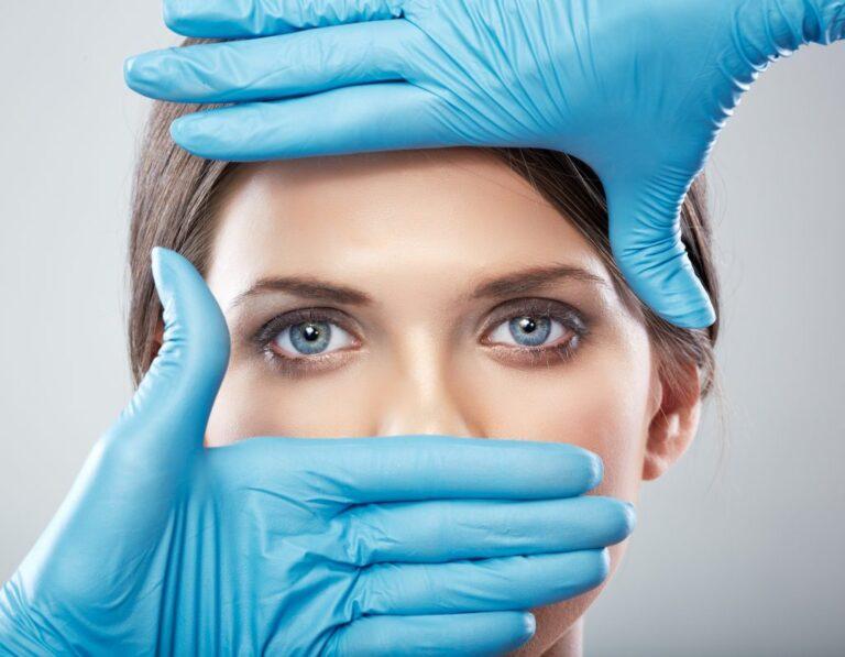 Procedimentos estéticos: Foto dos olhos de uma mulher sendo destacada por luvas cirúrgicas