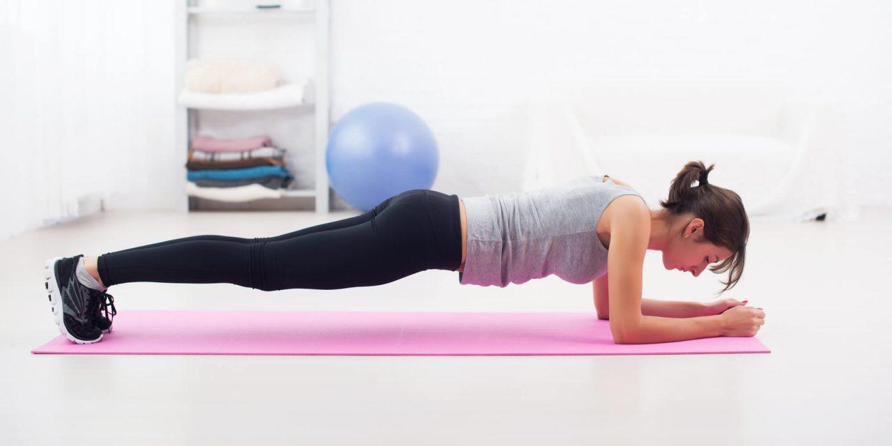 mulher em casa na posição de prancha para exercício