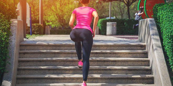 mulher subindo escada fazendo exercícios na rua