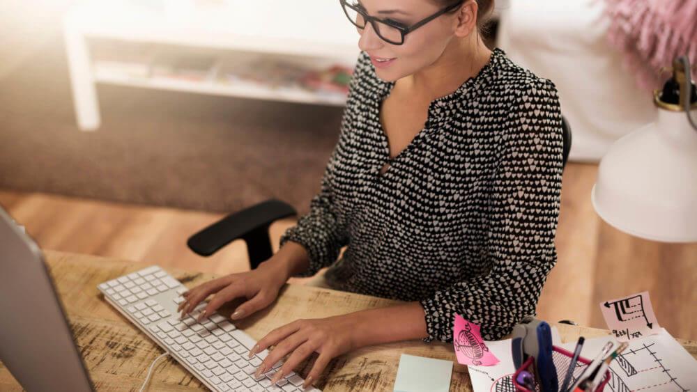 Mulher escrevendo no computador