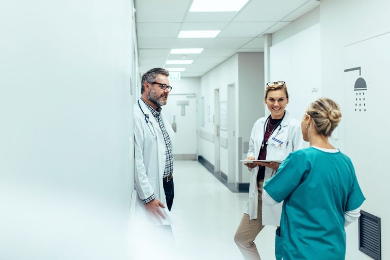 Imagem de medicos conversando em corredor de hospital