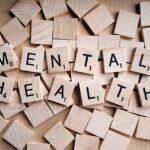 """Tratamentos para depressão: peças de madeira quadriculares formando a frase """"mental health"""", dando alusão a importância da saúde mental"""
