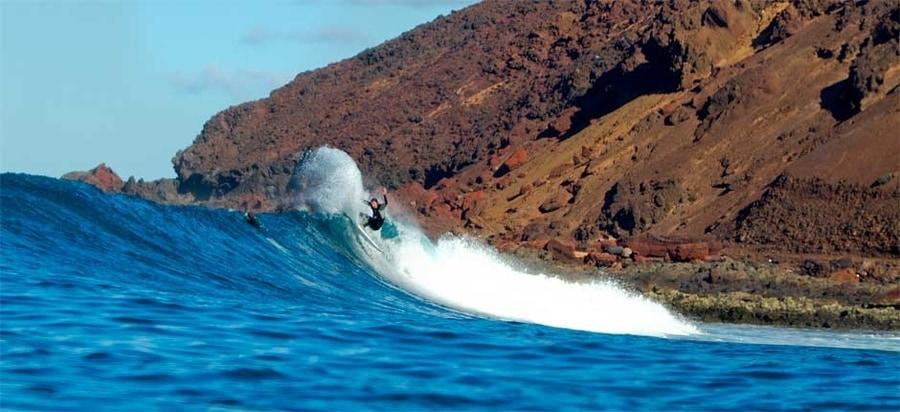 Surfear en Isla de Lobos, algo que hacer en Islote de Lobos