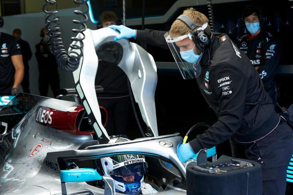 Mecânico prepara carro para teste com a Mercedes em Silverstone (Foto: Mercedes)