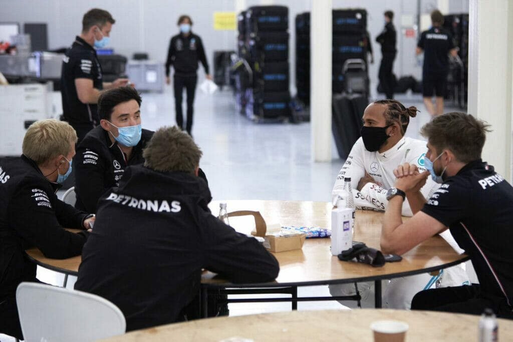 Lewis Hamilton se reúne com funcionários da Mercedes após primeiras voltas com W09 em Silverstone
