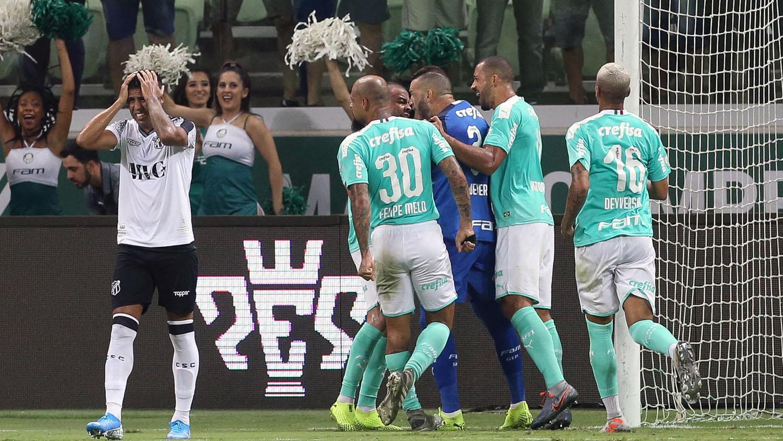 Weverton comemora depois de defesa (Cesar Greco/Ag Palmeiras/Divulgação)