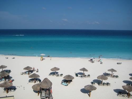 A beachfront in Cancún, Mexíco. Courtesy of Ricardo Diaz.