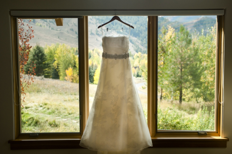 Colorful Modern Idaho Mountain Wedding via TheELD.com