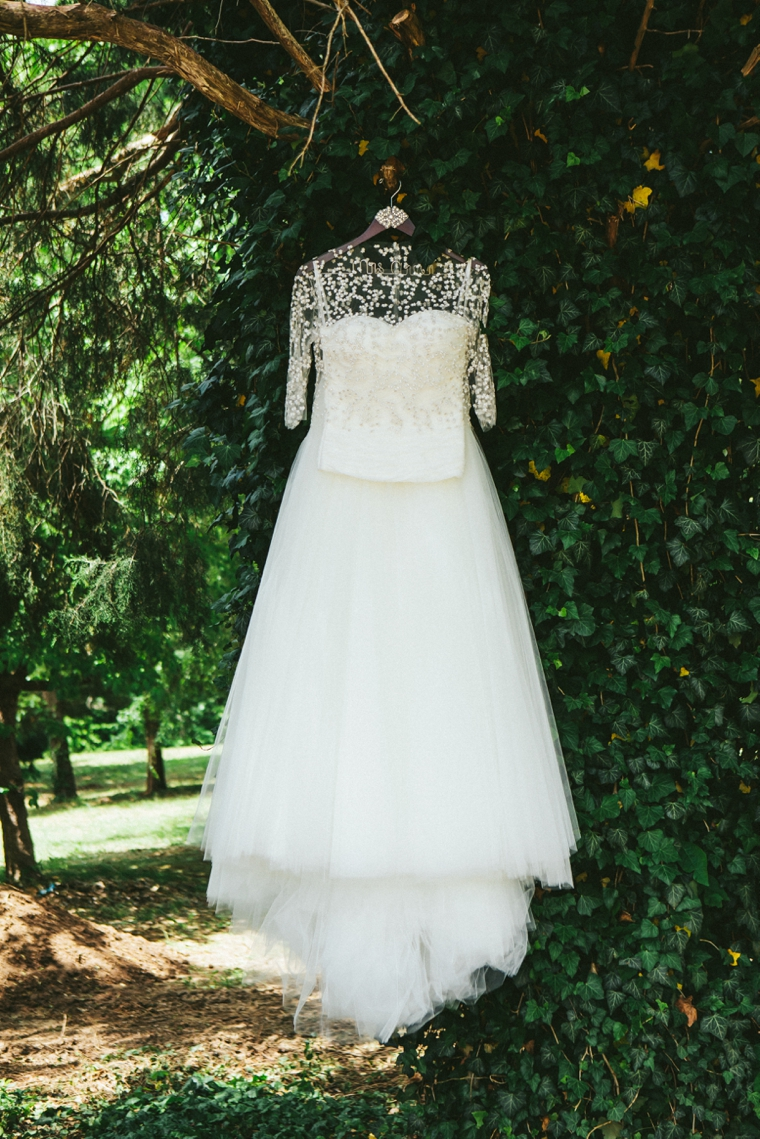 A Modern & Glamorous Garden Wedding via TheELD.com
