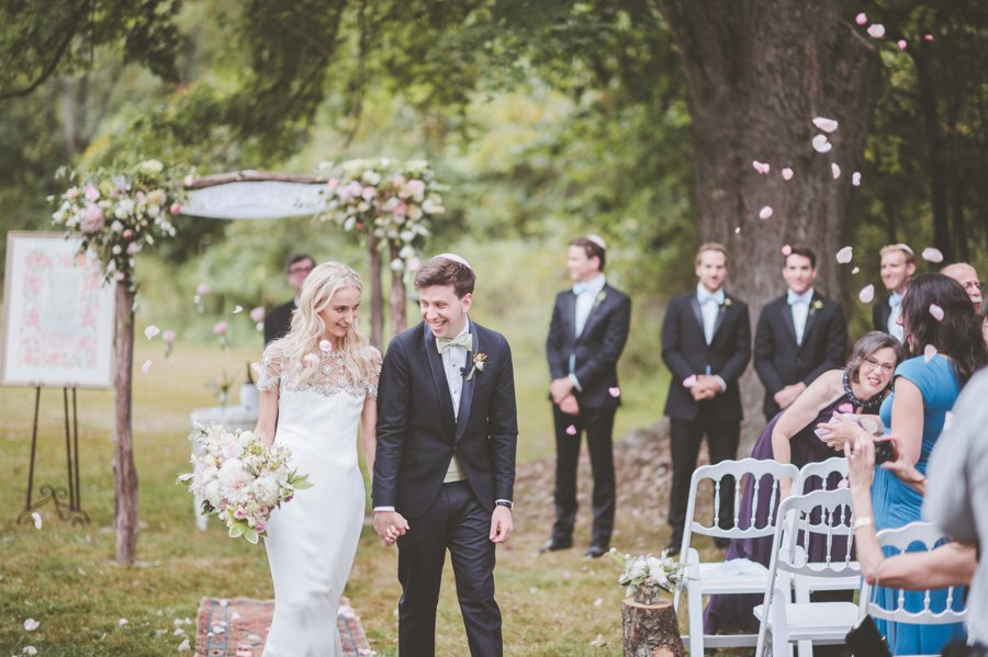 A Blush & White Classic Vintage Pennsylvania Wedding via TheELD.com