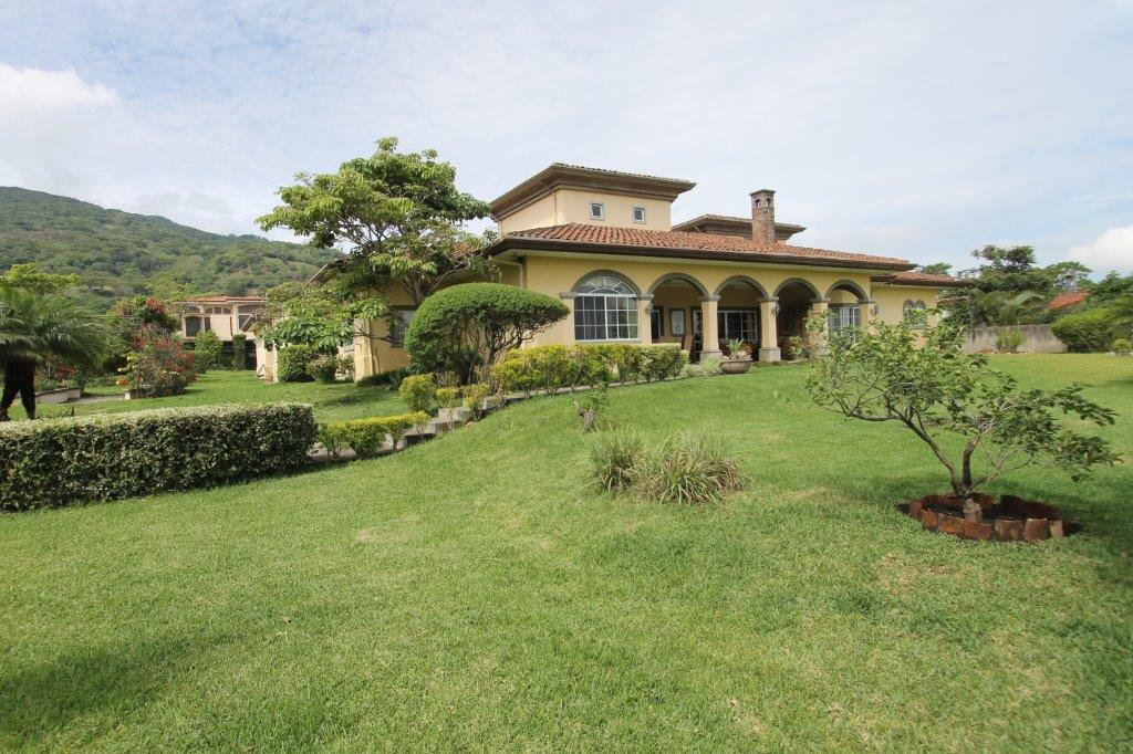 Ask your GoDutch realty preferred agent to show you estates in Santa Ana like this