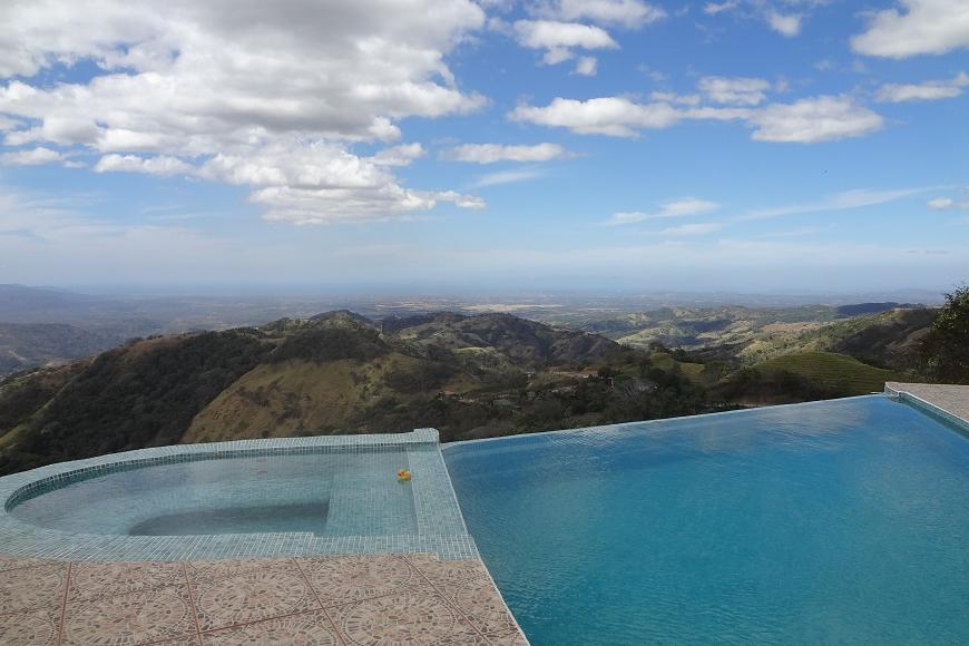 Do you think you can enjoy a pool and views like this when it's 30ºF at home?