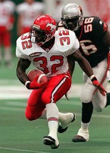 (VCR106)VANCOUVER,Aug. 20--Calgary Stampeders running back Kelvin Anderson (32) is pursued by BC Lions defensive end Daved Benefield during CFL action in Vancouver Thursday night. Calgary led 31-9 at the end of the half. (CP PHOTO) l998 (stf-Chuck Stoody)ces