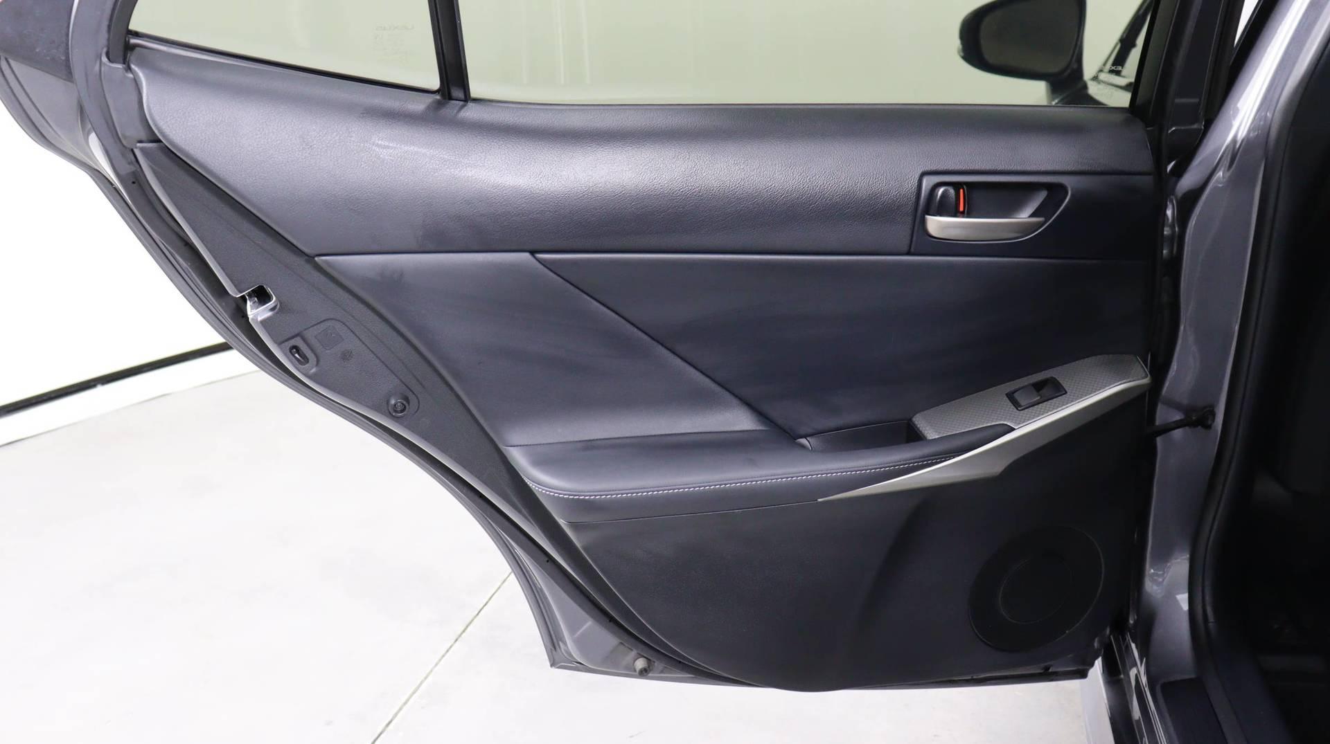 Carvix - Used vehicle - Sedan LEXUS IS 2017