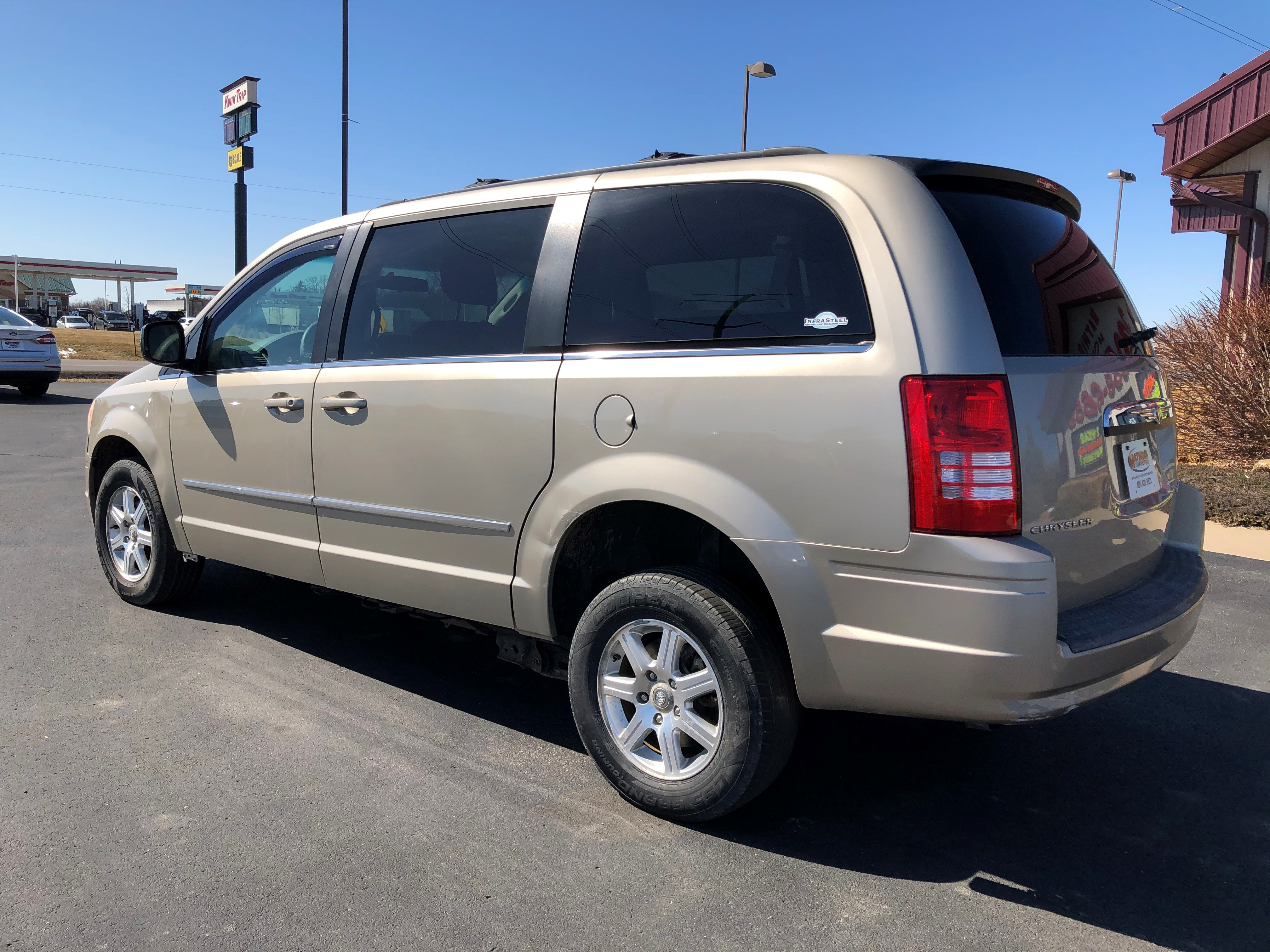 used vehicle - Passenger Van Chrysler Town AND Country 2009