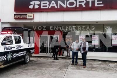 Tres sujetos asaltan banco en Xalapa