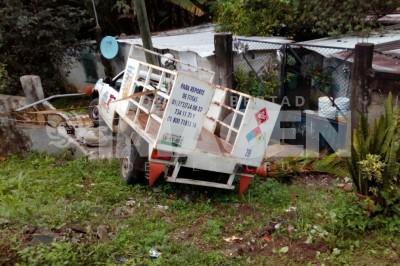 Cae a barranco camión cargado con pipas de gas