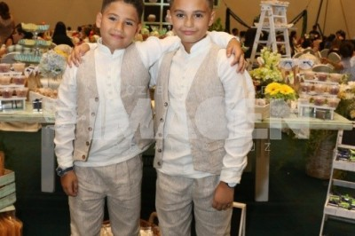 RECIBEN SACRAMENTO :Los hermanos Daniel y Alejandro Montalvo Enríquez realizan su primera comunión